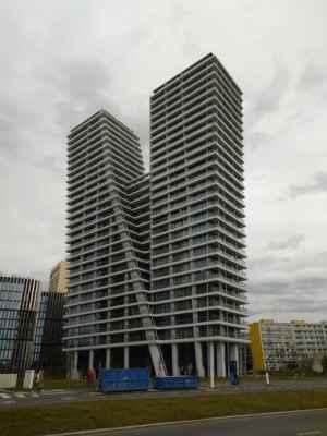 V Tower - V Tower je třicetipatrová 104 metrů vysoká výšková budova zahrnující 130 bytů na Pankrácké pláni v Praze 4, severovýchodně od křižovatky ulic Pujmanové a Milevská, na hranici Krče a Nuslí, nedaleko trojmezí s Podolím. Je nejvyšším bytovým domem v Česku.[1] Výstavba byla zahájena v červnu 2015, dokončena byla v únoru 2018.[2] Návrh pochází od českého architekta Radana Hubičky. Projekt stál přibližně tři miliardy korun.