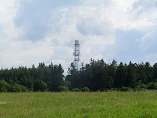 rozhledna Na Skále je v dohledu - Železná telekomunikační věž s vyhlídkovou plošinou byla postavena v roce 2001. Po vystoupání 137 schodů spatříte z výšky 25 metrů zvlněnou krajinu Šumavy, hrad Radyni, část Plzně, elektrárnu Temelín a za dobré viditelnosti i vrcholky Alp.