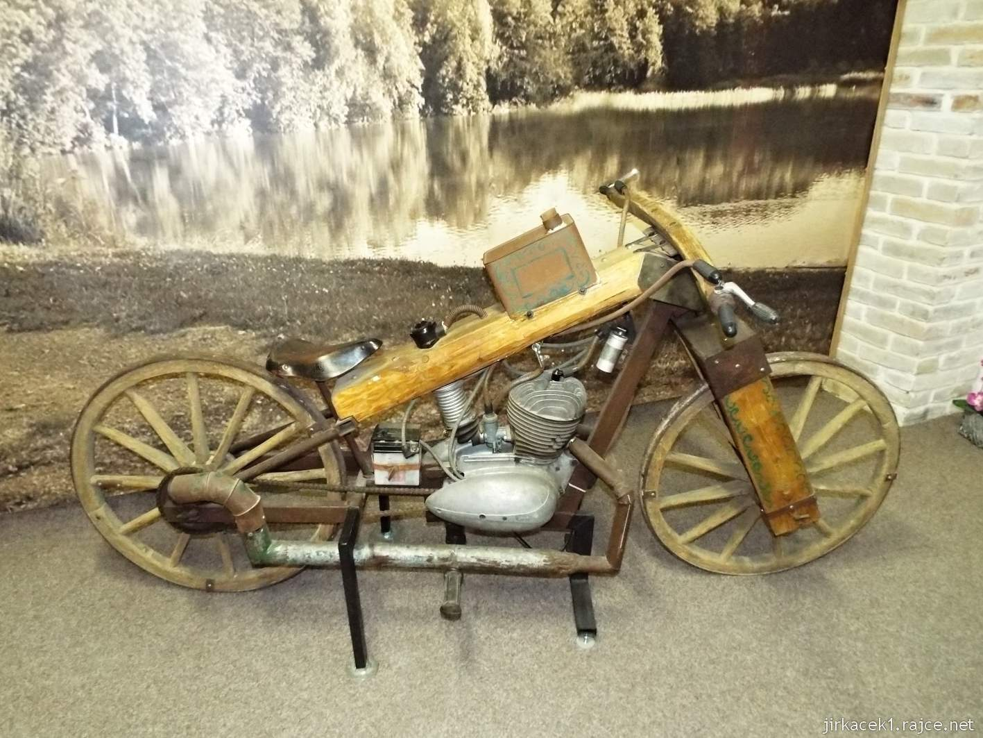 Borek pod Troskami - motomuzeum - exponáty - motocykl s dřevěnými koly