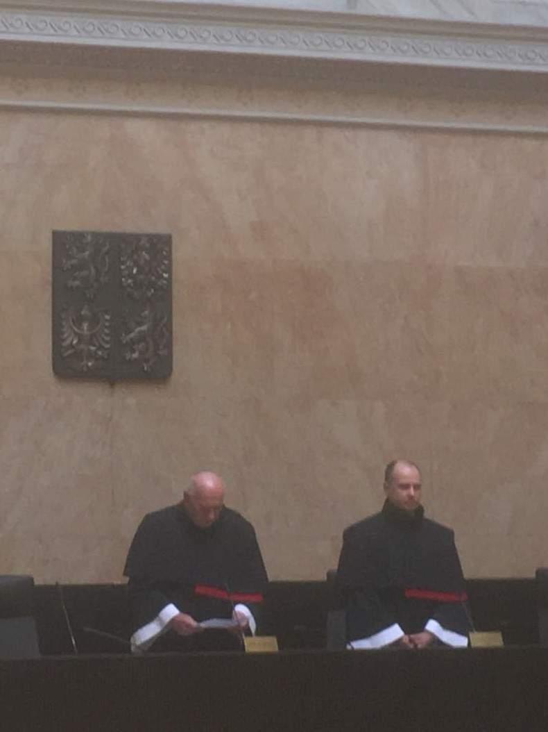 Předseda Ústavního soudu Pavel Rychetský (vlevo) a soudce zpravodaj Jaromír Jirsa vyhlašují rozhodnutí soudu. Foto: Ondřej Fajstavr