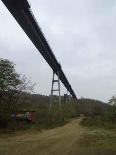most a most... nový a starý... tam vzádu...mysleli, že ji postavil Eifel.. a ono ejhle...nepostavil :-) ... nicméně jako raritka dobrý, tak to tu už nechali :-)
