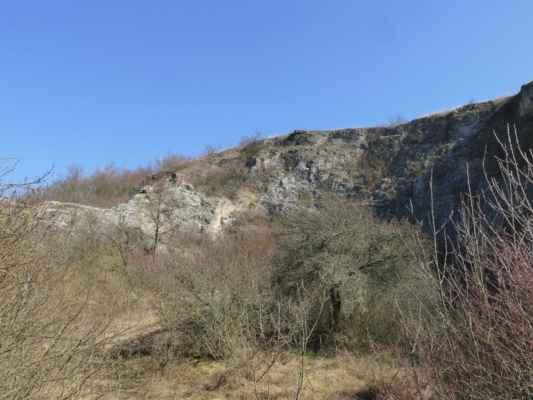 ... vápencový kopec Stránská skála má několik pater, které tvoří několik dávných lomů ....