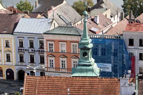 Pohled z věže kostela Nanebevzetí Panny Marie na věž Staré radnice