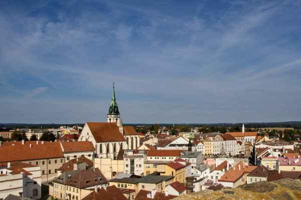 Pohled z Černé věže na kostel Nanebevzetí Panny Marie a náměstí Míru.
