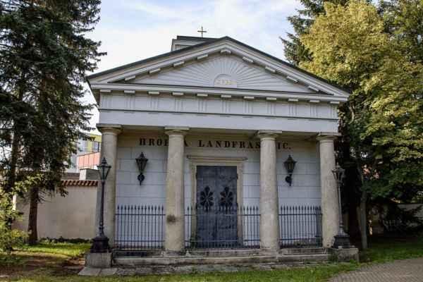 Hrobka Landfrasů před kostelem Nejsvětější Trojice