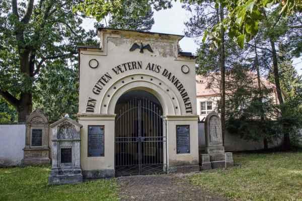 Hřbitov před kostelem Nejsvětější Trojice