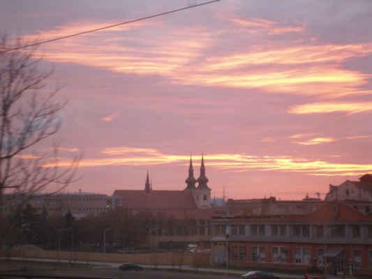 Červánky nad Brnem Židenice - - foceno z jedoucího vlaku, který nás unášel do Babic nad Svitavou. A tady se s vámi loučíme s Luckou a přejeme pěkné dny.....:-)