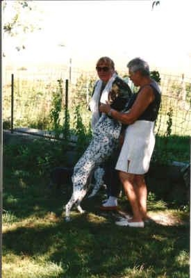 Paní Masson společně s mojí maličkostí (značně mladší) a mazlivou fenkou. Okolo všude štěňata.