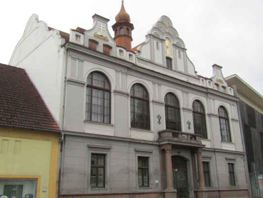 a jdu do města - Husův sbor Církve československé husitské je budova v novorenesančním slohu, která byla vyhlášena kulturní památkou. Nachází se ve Strakonické ulici a vznikla v roce 1928 přestavbou obytného domu.