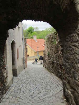 Branka Kocour - Branka neboli fortna byla součástí městských hradeb z druhé poloviny 13. století. Byla postavena za účelem přístupu k vodě, k zásobování města a také tudy vedla cesta ke mlýnu. V dnešní době jde spíše jen o půlkruhově zaklenutý průchod hradební zdi než o skutečnou branku.