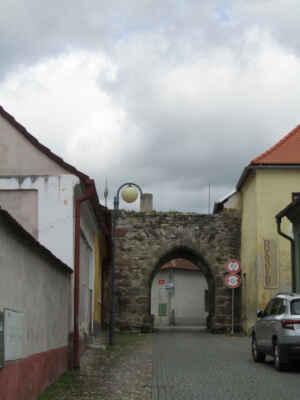 Jihovýchodní brána - Zbytek městského opevnění z počátku 16. století. Vedle brány stálo vězení a dům branného. Před touto bránou stávala ještě jedna brána s padacím mostem, která byla zbořena v polovině 19. století.