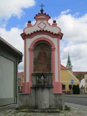 Výklenková kaple sv.Vojtěcha - Barokní kaplička z roku 1738. Zdobí ji obrazy Piety, sv. Vojtěcha, sv. Jana Nepomuckého a sv. Aloise z Gonzagy.