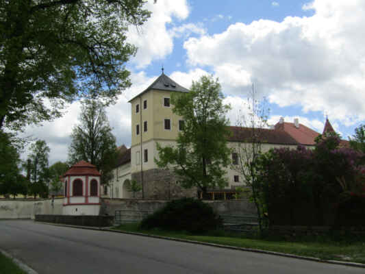 Zámek Horažďovice - Zámek byl postaven na místě gotické tvrze, ze které se dochovalo sklepení a zbytky okrouhlé věže.Základní podobu dala zámku renesance, kterou připomínají mj. arkády na nádvoří. Novější úpravy jej pozměnily v době baroka. V současnosti prostory využívá muzeum. To nabízí prohlídku velkého sálu a modrého salonku s freskovou výzdobou, zámecké kaple nebo lovecké chodby. Další část expozice muzea se věnuje životu v regionu (archeologické, národopisné předmety) a otavským perlorodkám.