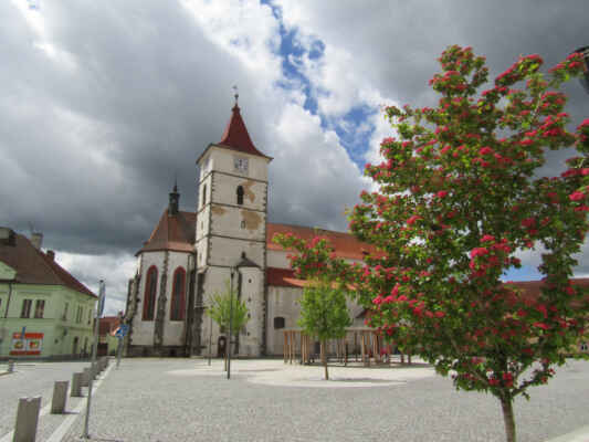 kostel sv.Petra a Pavla - Základy kostela byly položeny při založení Horažďovic v rozmezí let 1260-1273, dostavěn byl později v 1. čtvrtině 14. století. Hranolová věž byla přistavěna v roce 1454, v roce 1741 byla nově přestavěna.