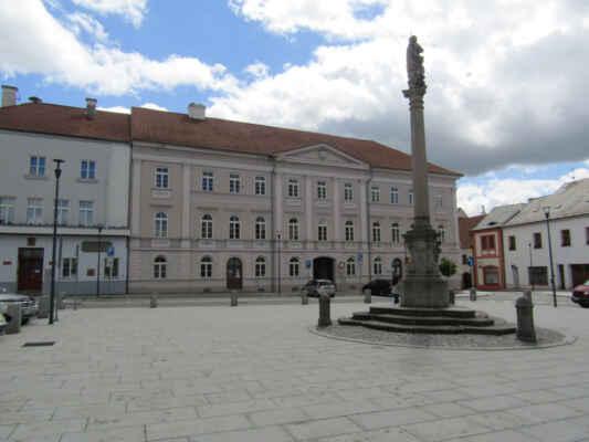 morový sloup - Byl postaven na památku morových onemocnění. Roku 1725 uzavřela obec smlouvu se sochařem Johanesem Hoffmanem a sloup byl ještě téhož roku dokončen. Celek je prostá ale působivá ukázka barokní práce.