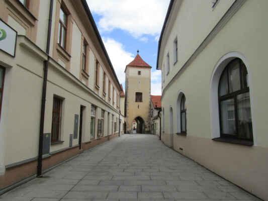 Červená brána - Pochází z roku 1252 a je považována za druhou nejstarší v republice. Nechali ji vystavět Bavorové ze Strakonic. V pozdní gotice ji zesílil pětiboký barbakán zbořený před polovinou 19. století. Zároveň koncem tohoto století byla brána využívána jako sýpka. Zvnějšku ji chránilo předbraní do něhož vedl padací most. Byla hlavní tepnou do Horažďovic.