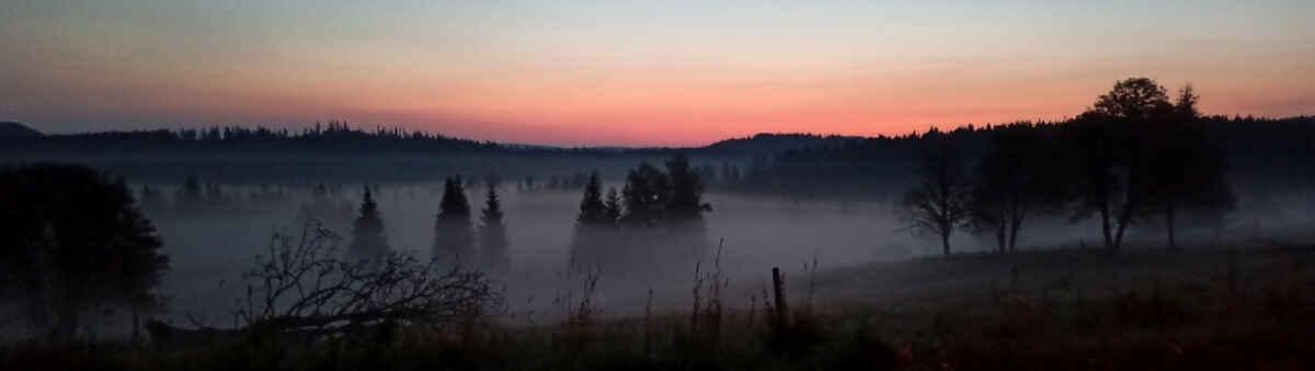 Knížecí Pláně 10. září, necelou hoďku před východem Slunce je ještě docela šero (hlavně na focení mobilem:)