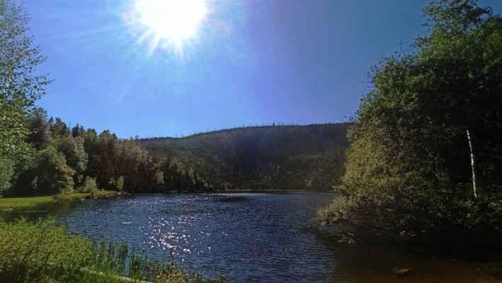 Pěkný slunečný den u Plešného jezera