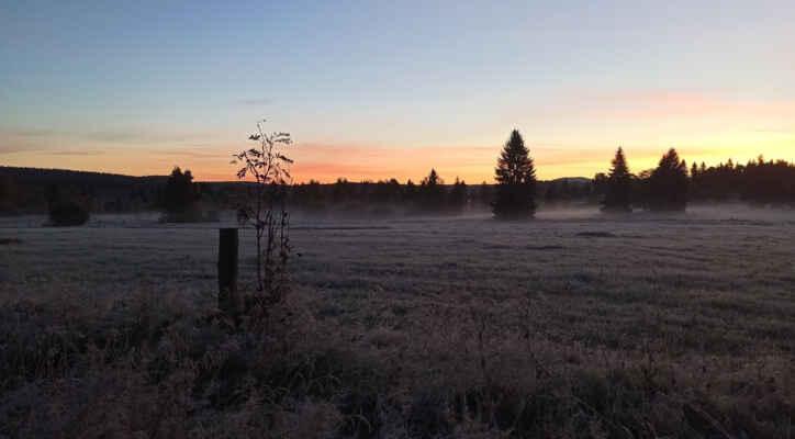 Velmi chladné první říjnové ráno na Knížecích Pláních, dle zdejší stanice nejnižší teplota -6,2 °C, při zemi -10,9 °C