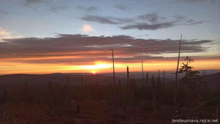 Východ Slunce 4. října na hřebenu Šumavy