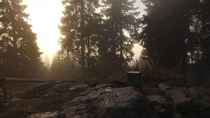 pod rozhlednou na vrcholu mlhavo, vlhko