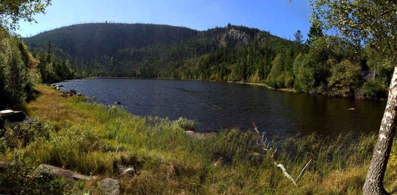jezero s masivem Plechého a skálou se Stifterem