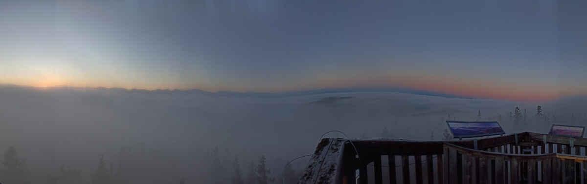 Boubínská rozhledna na hranici inverze, 16.října před východem Slunce