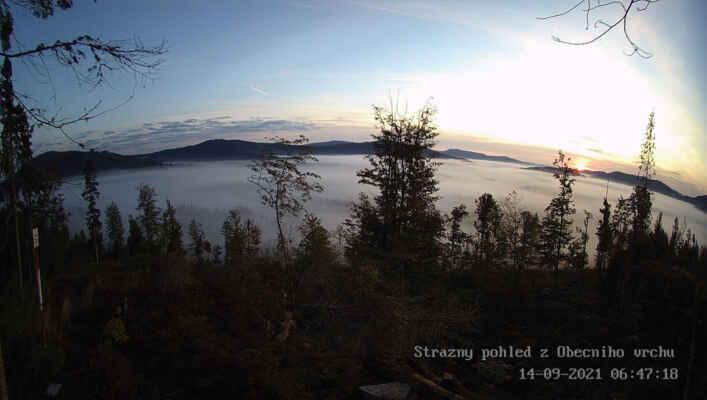 Celkem nedávno instalovaná kamerka na Obecní vrch nabízí širší panorama, aktuálně při východu Slunce s mlhami v údolích Časté, Řasnice a jejích přítoků. Zleva v popředí Strážný (1115 m), Žlínský vrch (1133 m), Chlustov (1094 m), za ním zleva Pažení (1281 m) zprava Bobík (1266 m) s Jedlovou horou (1089 m), zcela vpravo pak Radvanovický hřbet u Českých Žlebů