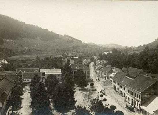 Pohled na náměstí z věže kostela