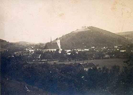 Pohled od nádraží, v pozadí kopec Bozinka
