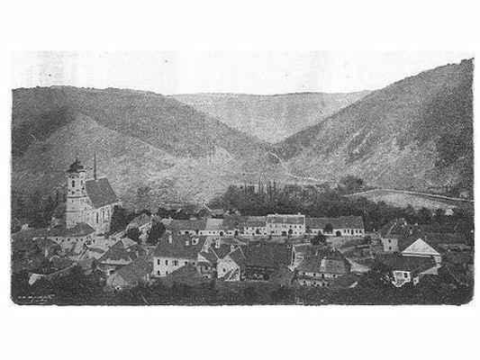 Pohled na náměstí z Bozinky, za kostelem ještě nezalesněné Brdo a dobře patrná cesta do Sutin a Pasíčky.