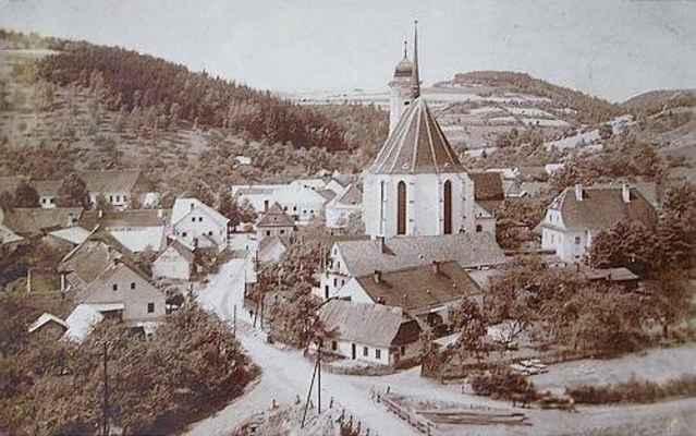 """Detail okolí kostela. Přes Svratku vede ještě původní dřevěný most. Snímek je pořízen ze skály tzv. """"Malé Brdo"""", která zanikla při stavbě nového mostu."""