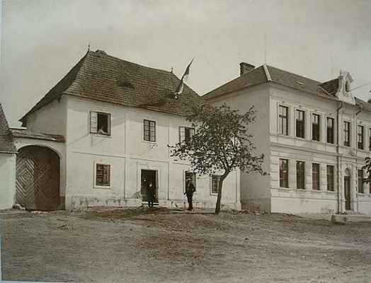 Dům č.13 vedle školy - rodiště ing. Osvalda Životského, sloužil také jako radnice.