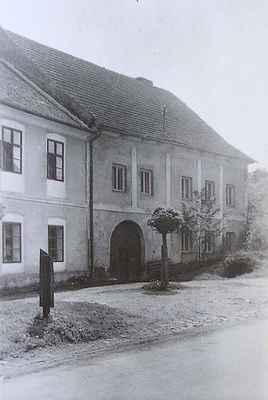 """Dům č.25 """"U Zelených"""" v """"Uličce"""" pod kostelem. Budova má gotické jádro, zřejmě byla součástí komplexu staveb někdejšího kláštera v Doubravníku."""