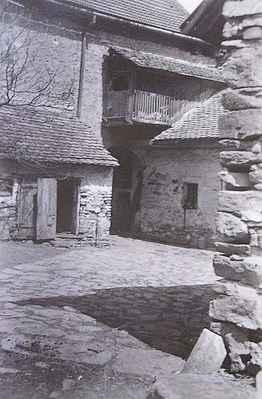 """Dům č.25 """"U Zelených"""" v """"Uličce"""" pod kostelem. Detail gotického portálku pavlače."""