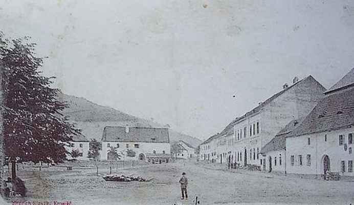 """Jižní část náměstí v Doubravníku před rokem 1903. V místě dnešní školy stojí někdejší """"Panský dům""""."""
