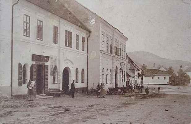 Náměstí v Doubravníku - kolem roku 1900. Dům č. 76 vedle radnice.