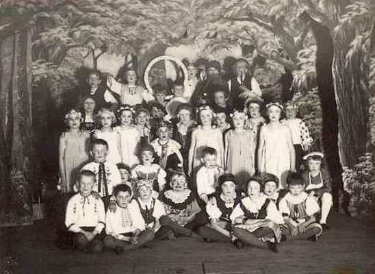 """Historie Jednoty Orla v Doubravníku - aktéři divadelního představení """"Zlatý kruh"""" z první poloviny třicátých let minulého století."""