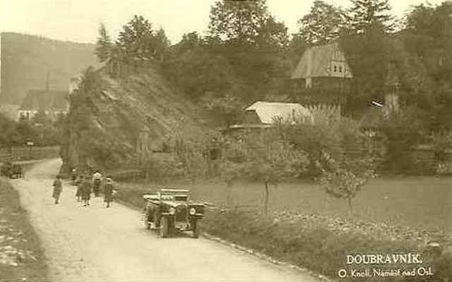 Příjezd po staré silnici od Černvíru, vpravo hrádek Dr. Karla Zítka