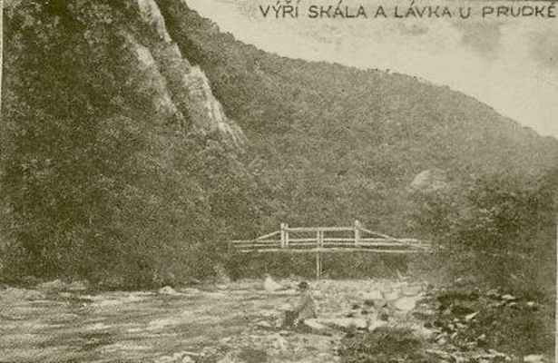 Výří (Sokolí) skála u Prudké a lávka přes řeku Svratku.