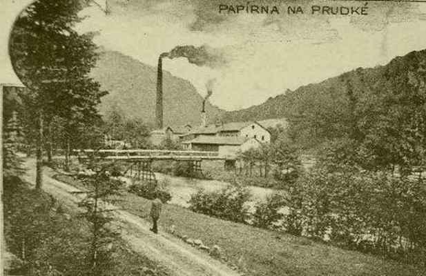 Papírna na Prudké. Cesta z Borače ústí na dřevěný most do areálu továrny.