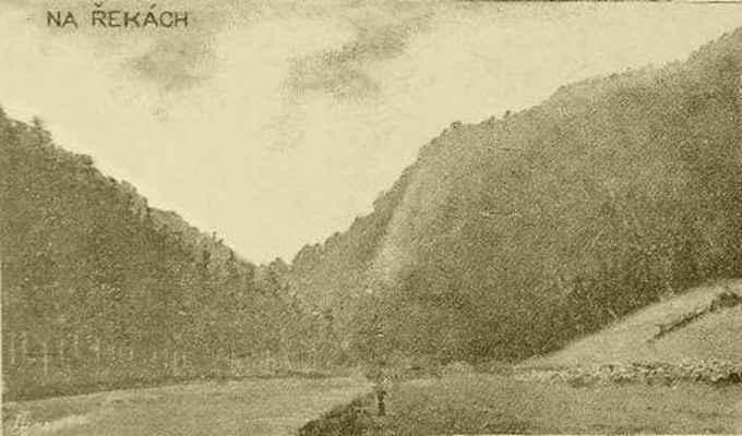 """Romantické údolí """"Na řekách"""". Díváme se přímo na """"Sokolí skálu"""" (kopec vpravo). Po levé straně dnes vede pod lesem silnice na Prudkou, vpravo dole je železniční trať do Tišnova."""
