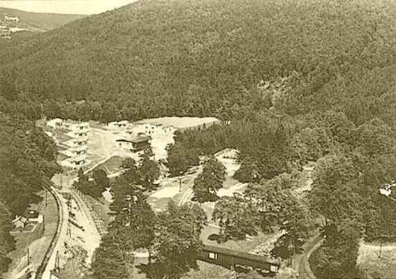 Rekreační středisko Prudká, v popředí krytý dřevěný most přes řeku Svratku.