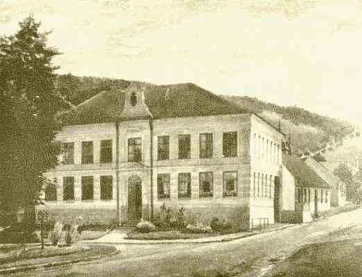"""Budova """"nové"""" školy v Doubravníku na obrazu od Jindřicha Stolaře. 1.pol 20.stol."""
