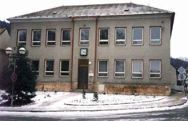 """Budova """"nové"""" školy v Doubravníku těsně před rekonstrukcí - rok 1999."""