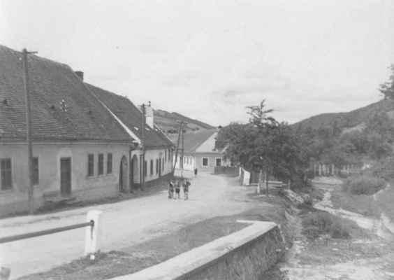 Doubravník - místní část Dolní Rakovec. Silnice vedoucí do Černvíru byla v 90. letech přeložena na nově postavený most přes potok Rakovec. Zahrádky uprostřed snímku zanikly.