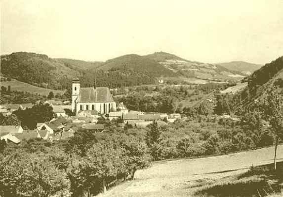 Pohled na Doubravník z Pláňavy přes zeď hřbitova.