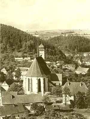 Pohled na kostel z kopce Brdo.