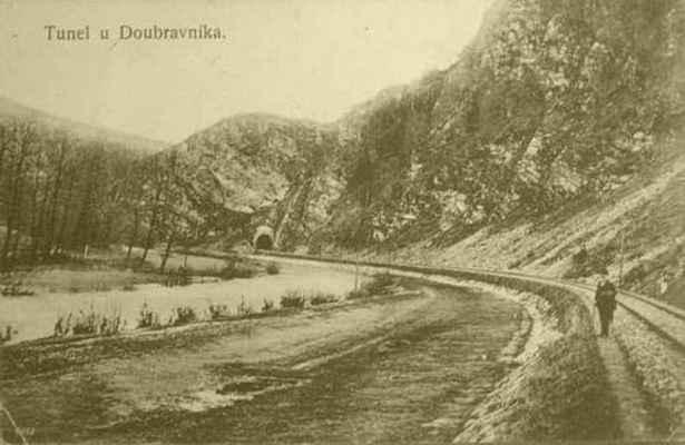 """Romantické údolí """"Na řekách"""". Vpravo železniční trať do Tišnova, v pozadí tunel pod Sokolí skálou."""