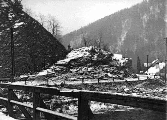 """Skalní útvar Malé Brdo, které vzniklo při stavbě železnice prokopáním části Brda """"velkého"""". Legendární místo a romantické zákoutí,  kde se scházela místní mládež. Snímek je pořízen ze starého dřevěného mostu přes Svratku."""